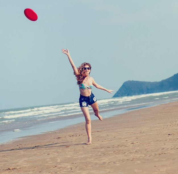 Chica playa vacaciones de verano vacaciones jugando concepto