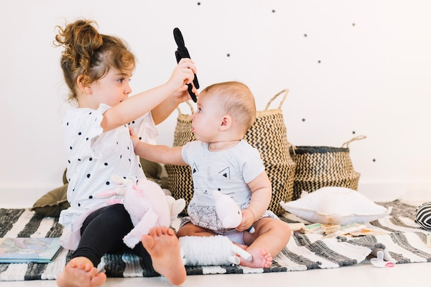 Chica poniendo la banda para la cabeza al bebé