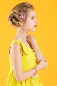 Chica posando en amarillo.