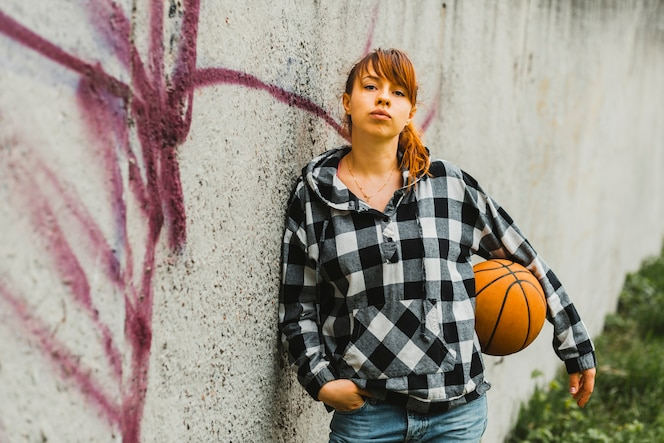 Chica posando con baloncesto