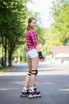 Chica posando en el parque con sus cuchillas en