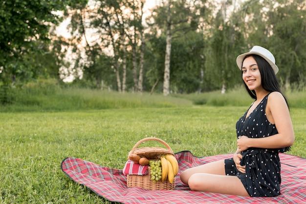 Chica posando sobre manta de picnic
