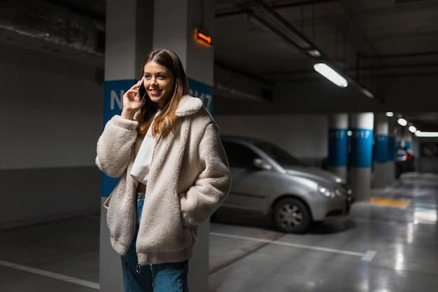 Chica positiva hablando por teléfono
