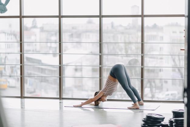 Chica practica yoga, deportes y estilos de vida saludables, el concepto de equilibrio mental
