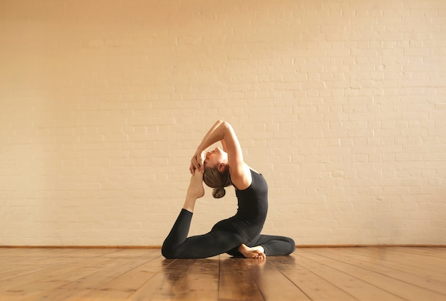 Chica practicando posturas de yoga