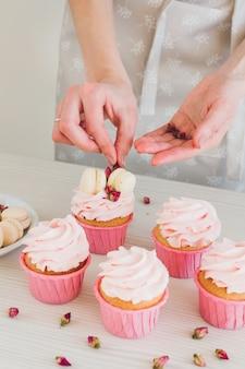 Chica prepara cupcakes