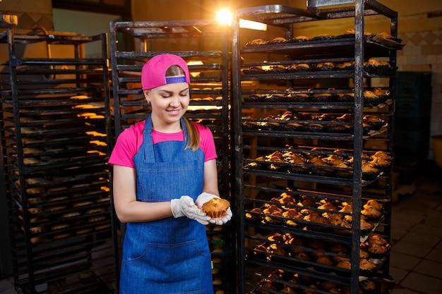 Chica preparando galletas, en una pequeña panadería, negocio familiar, auténtico, hobby, humor, cómodo. cariño y amor