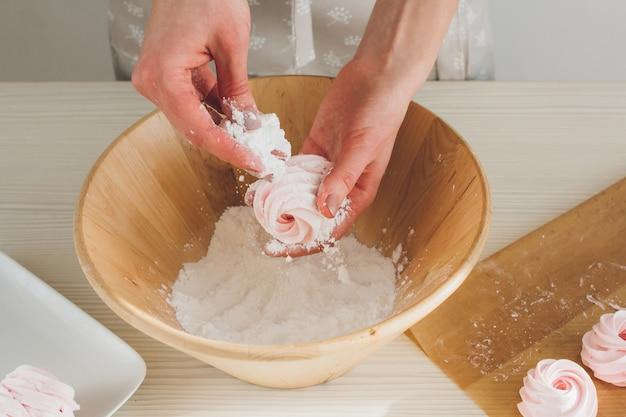 Chica preparando malvavisco casero delicado