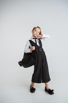 Chica preparándose para la escuela después de un largo receso de verano