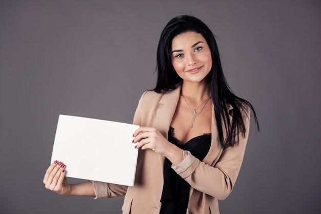 Chica presentando papel en blanco