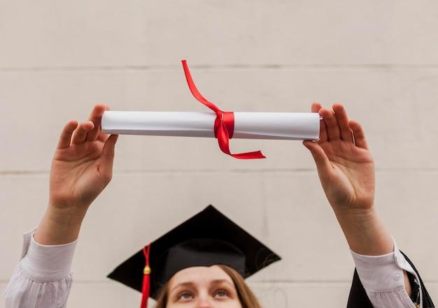 Chica de primer plano con diploma