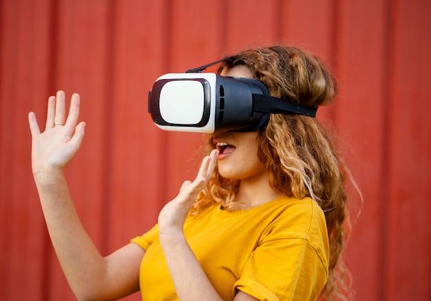Chica de primer plano con gafas de realidad virtual