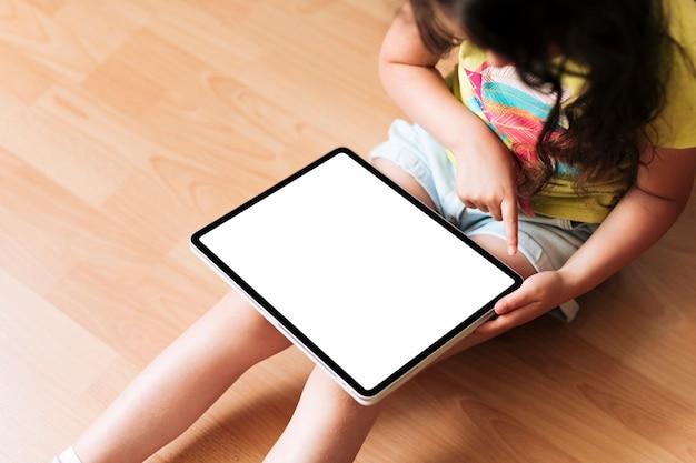 Chica de primer plano con maqueta de tableta