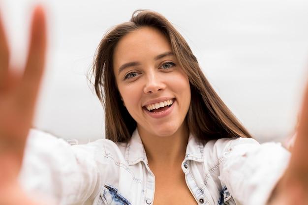 Chica de primer plano tomando selfie
