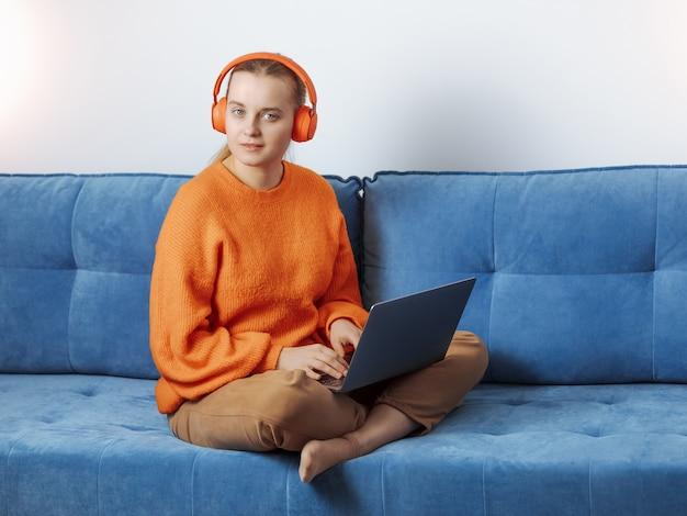 Chica programadora en un trabajo remoto