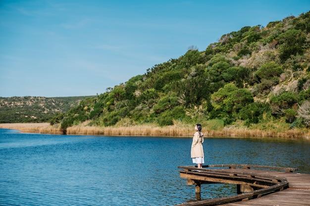 Chica en puente y vista al lago