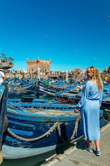 Chica en el puerto de essaouira. los famosos barcos azules