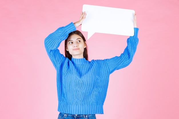 Chica que muestra la bandera de la burbuja del discurso de la muestra en rosa.