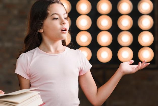 Chica que se realiza frente a la luz de la etapa
