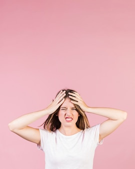 Chica que tiene un dolor de cabeza con espacio de copia