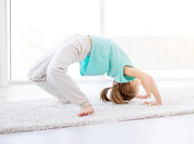 Chica realizando ejercicio de puente
