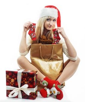 Chica con regalos de navidad
