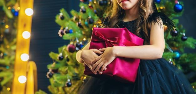 Chica con regalos en la noche de navidad.