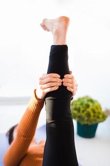 Chica relajada practicando yoga en casa