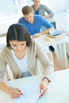 Chica repasando su examen