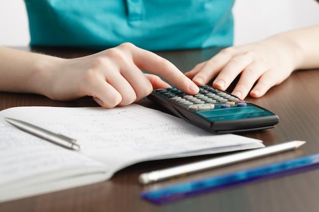 Chica resolviendo un problema de matemáticas