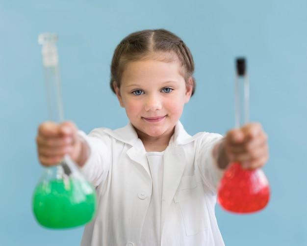 Chica de retrato con tubos de ciencia