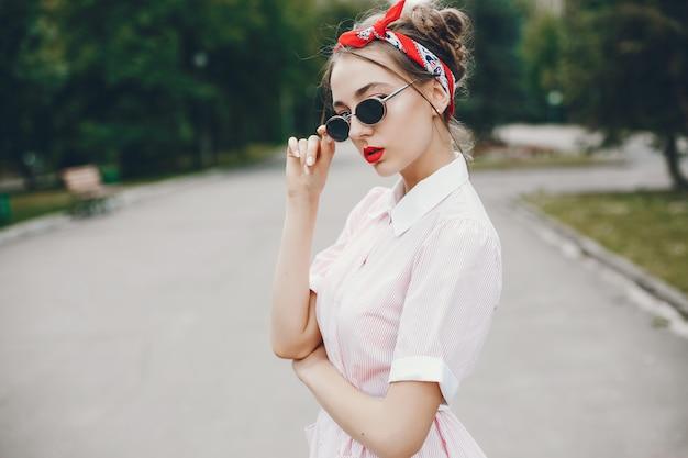 Chica retro en un parque