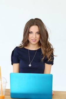 Chica rizada con laptop