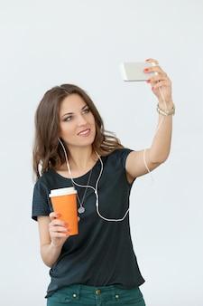 Chica rizada con teléfono móvil