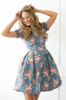 Chica rizada en vestido hermoso