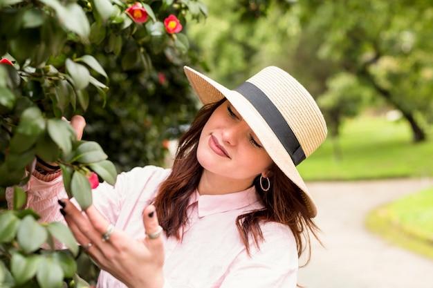Chica romántica mirando el árbol floreciente
