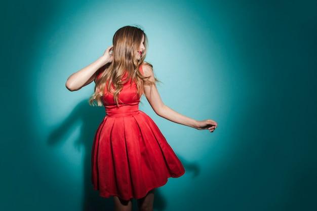 Chica rubia bailando de fiesta