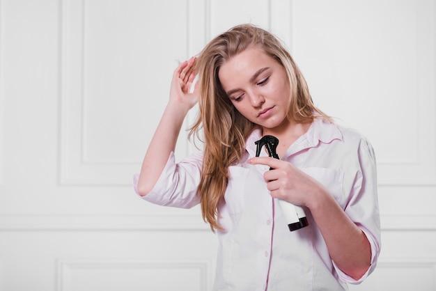 Chica rubia cuidándose el pelo