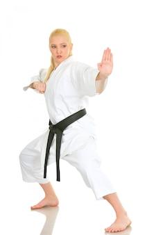 Chica rubia deportista de karate en un kimono