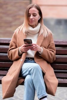 Chica rubia escuchando música en auriculares