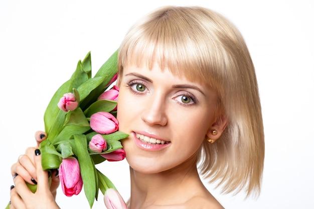 Chica rubia con flores de tulipán