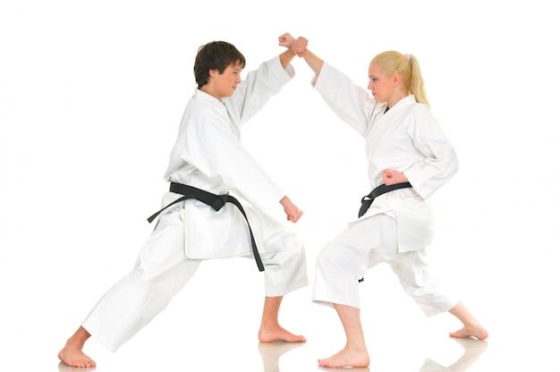 Chica rubia y un joven insolente karate