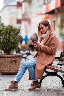 Chica rubia de lado escuchando música en auriculares