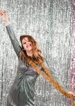 Chica rubia posando en fiesta de año nuevo