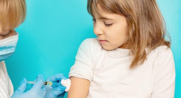 Chica rubia recibiendo una vacuna