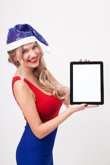 Chica rubia sosteniendo una tableta en blanco