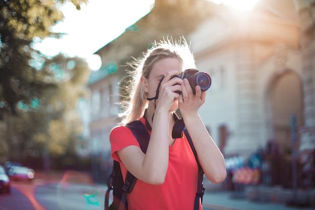 Chica rubia tomando una foto