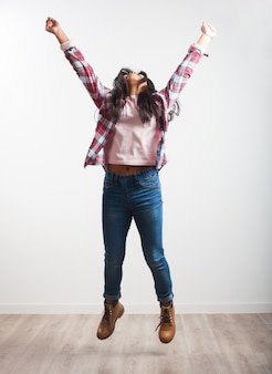 Chica saltando con los brazos estirados