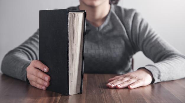 Chica con una santa biblia. religión, educación