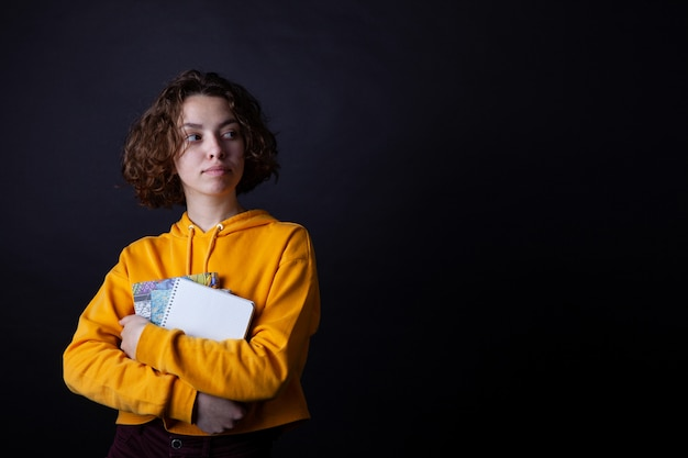 Chica de secundaria joven con libros